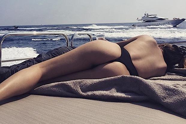 Chrissy Teigen sexy body