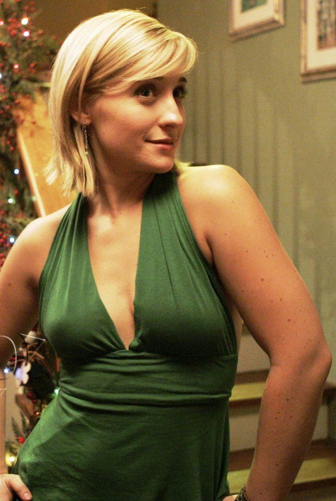 Allison Mack Sexy Photos