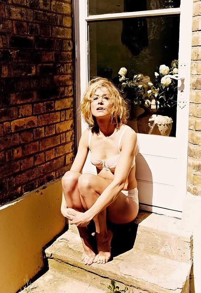 Rosamund Pike Nude Sexy Photos