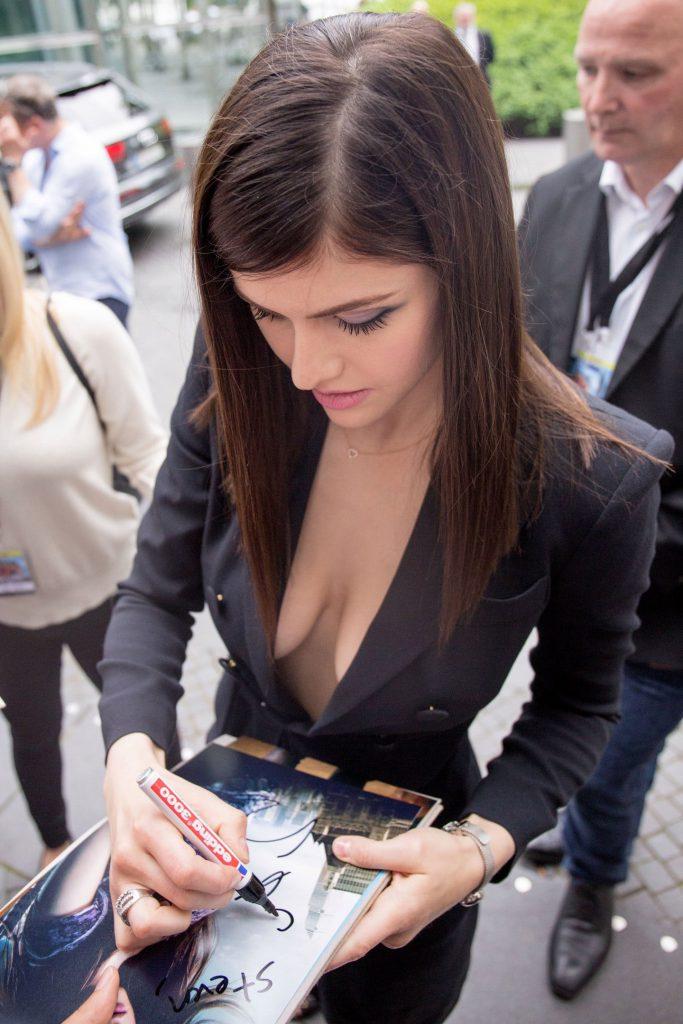 Alexandra Daddario Sexy Pics