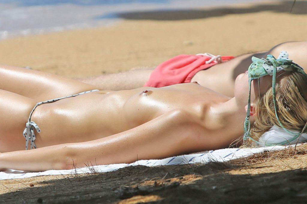 Margot Robbie boobs naked