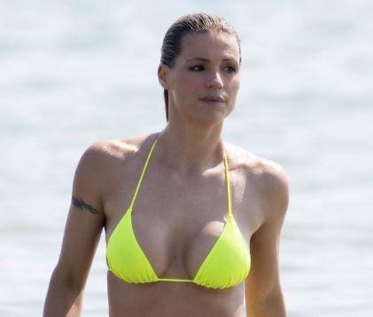 sexy hot nude naked celebs bikini pics